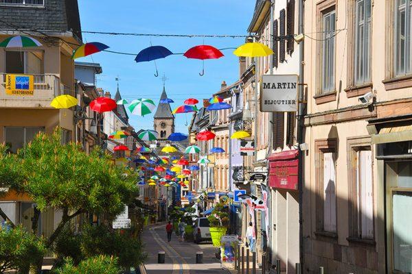 Grand'Rue de Sarrebourg - parapluies suspendus