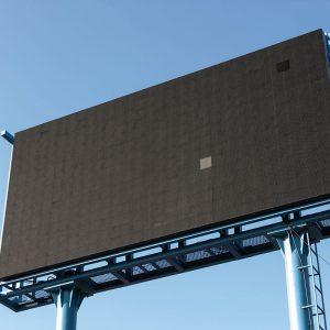 grand panneau publicitaire vide