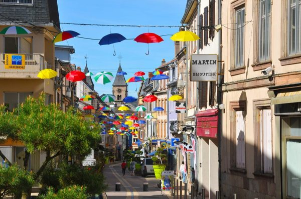 Grand Rue de Sarrebourg décorée avec des parapluies suspendus