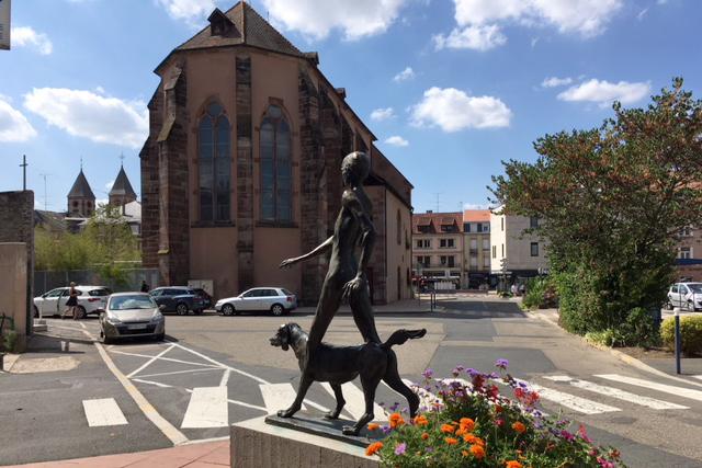 Statut femme nue promenant son chien